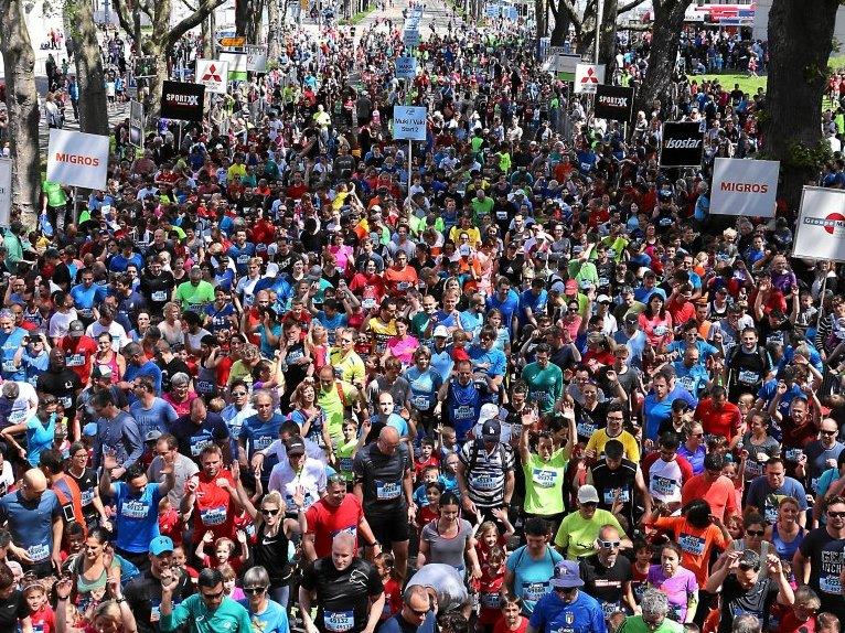 Startgelände des GP Bern/Grand-Prix von Bern mit Tausenden von Läufern, die auf ihren Start warten