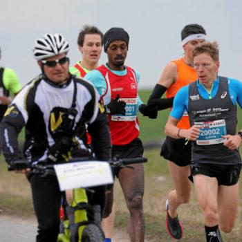 Adrian Lehmann führt die Spitzengruppe über die Kurzdistanz beim Kerzerslauf 2018 an