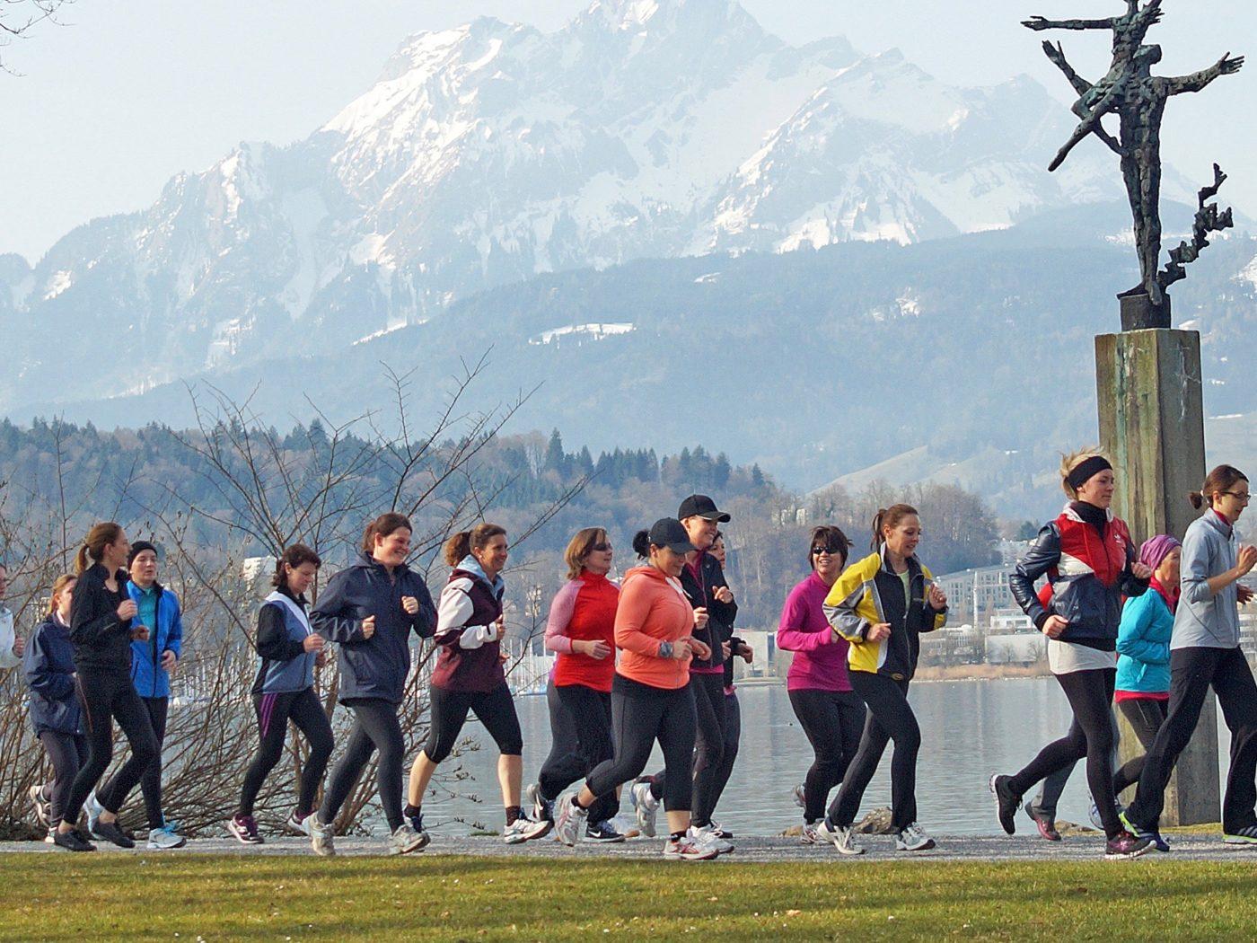 Eine Gruppe von Frauen trainiert zusammen laufend am Vierwaldstädtersee