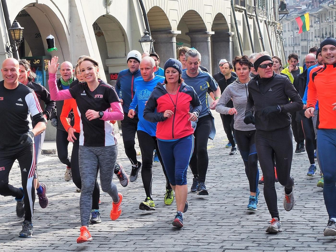 Begeisterte Läufer laufen beim Training für den GP Bern durch die Berner Altstadt