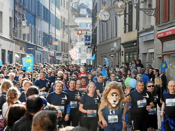 Eine Läufer-Masse läuft durch eine enge Gasse in der Innenstadt Luzerns
